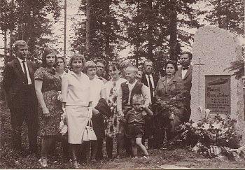 Mateli Kuivalattaren muistomerkilla 1961