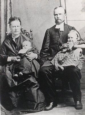 Wilhelmina ja Pietari Kurvinen Kapkaupungissa lastensa Hannan ja Samuelin kanssa